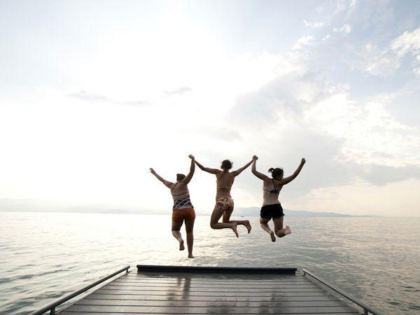 pulando na água